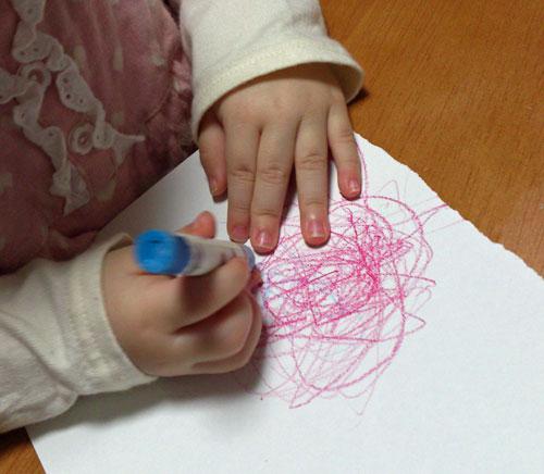 1歳9ヶ月の娘は耳掃除にハマった絵描きさんでした!