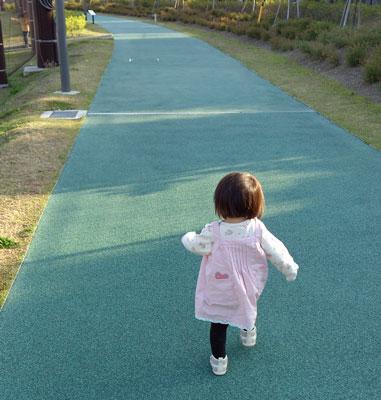 1歳10ヶ月の娘は三点倒立にハマった絵描きさんでした!