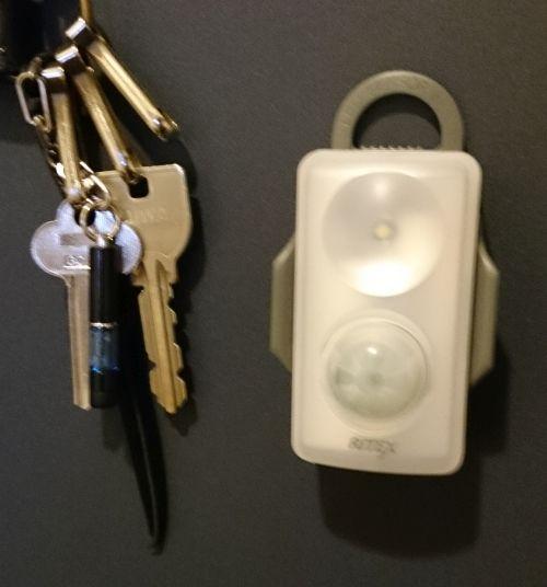 玄関に乾電池式センサーLEDライトを設置してみたらちょい便利でした